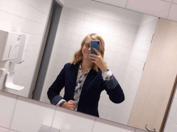 Ich, in meinem Business-Outfit zusammen mit meinem Business-Gesichtsausdruck